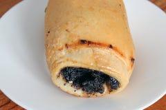 Broodje met papaverzaden op een plaat stock fotografie