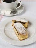 Broodje met papaverzaden wordt met koffie worden gediend gevuld die stock afbeelding