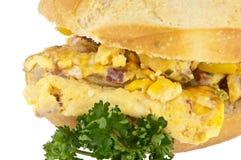 Broodje met roereieren (met het knippen van weg) Stock Afbeelding