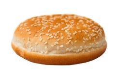 Broodje met sesamzaden voor een hamburger op wit wordt geïsoleerd dat Stock Afbeelding