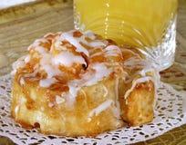 Broodje met Suikerglazuur en Jus d'orange royalty-vrije stock foto's