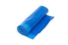 Broodje van blauwe plastic die vuilniszakken op wit worden geïsoleerd Stock Afbeeldingen
