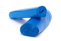 Broodje van blauwe plastic die vuilniszakken op wit worden geïsoleerd Royalty-vrije Stock Afbeeldingen