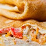 Broodje van Gerookte Zalm wordt gemaakt die Stock Foto's