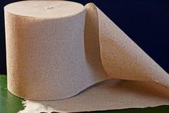 Broodje van grijs toiletpapier op de lijst royalty-vrije stock afbeelding