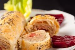 Broodje van kruidige worst in vlokkig gebakje stock fotografie