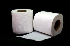 Broodje van toiletpapier op zwarte achtergrond Stock Afbeelding
