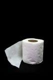 Broodje van toiletpapier op zwarte achtergrond Royalty-vrije Stock Foto