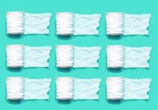 Broodje van wit toiletpapier op een lichtblauwe groene achtergrond met lege ruimte stock afbeeldingen