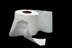 Broodje van wit toiletpapier op een zwarte achtergrond. Royalty-vrije Stock Afbeelding