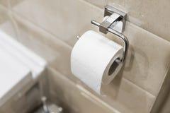 Broodje van wit toiletpapier op metaaldocument houder stock afbeelding