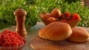 Broodje voor hamburgerdalingen op de lijst stock footage