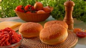 Broodje voor hamburgerdalingen op de lijst stock video