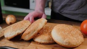 Broodje voor het koken van heerlijke smakelijke hamburger stock foto