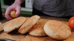 Broodje voor het koken van heerlijke smakelijke hamburger stock foto's
