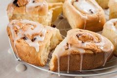 Broodjes, broodjes met suikerglazuur op het net royalty-vrije stock afbeelding