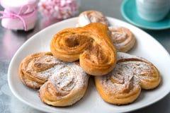 Broodjes in de vorm van hart met kaneel en gepoederde suiker met Royalty-vrije Stock Fotografie