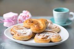 Broodjes in de vorm van het hart voor een romantisch ontbijt stock afbeeldingen