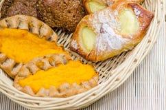 Broodjes in een rieten mand Royalty-vrije Stock Afbeeldingen