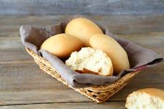 Broodjes in een rieten mand op de raad Stock Foto