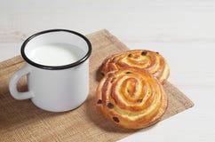 Broodjes en mok met melk Royalty-vrije Stock Afbeeldingen
