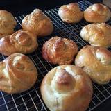 Broodjes heet uit de oven Stock Foto's