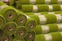 Broodjes kunstmatig gras in opslag van bouwmaterialen stock foto