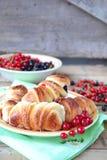 Broodjes met bessen Selectieve nadruk Stock Foto