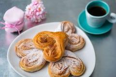 Broodjes met kaneel en gepoederde suiker met koffie en een kruik van j stock fotografie