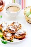 Broodjes met kaneel en koffie Stock Afbeeldingen