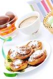 Broodjes met kaneel en koffie op wit Royalty-vrije Stock Afbeeldingen