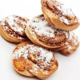 Broodjes met kaneel op witte achtergrond Stock Afbeeldingen