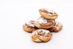 Broodjes met kaneel op witte achtergrond Stock Afbeelding