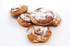 Broodjes met kaneel op witte achtergrond Stock Fotografie