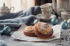 Broodjes met Kerstmis of Nieuwjaarvakantiedecoratie Royalty-vrije Stock Foto