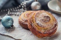 Broodjes met Kerstmis of Nieuwjaarvakantiedecoratie Royalty-vrije Stock Foto's