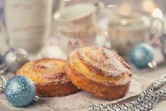 Broodjes met Kerstmis of Nieuwjaarvakantiedecoratie Royalty-vrije Stock Afbeelding