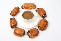 Broodjes met papaverzaden en witte Kop van zwarte koffie Royalty-vrije Stock Afbeeldingen