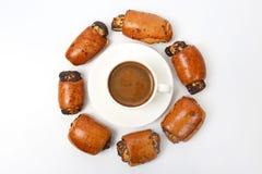 Broodjes met papaverzaden en witte Kop van zwarte koffie Royalty-vrije Stock Foto