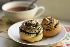 Broodjes met papaverzaden op een plaat Stock Foto's