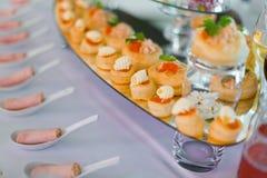Broodjes met rode kaviaar Stock Foto