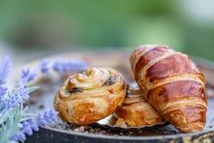 Broodjes met rozijnen en Frans croissant royalty-vrije stock afbeelding