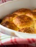 Broodjes met zoet gistdeeg dat worden gemaakt Royalty-vrije Stock Afbeelding