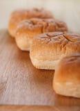Broodjes op houten achtergrond Stock Afbeeldingen