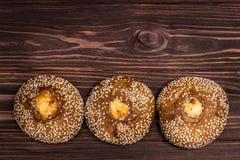 Broodjes op houten raad Stock Fotografie