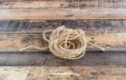 Broodjes oude kabel op houten achtergrond Stock Afbeeldingen