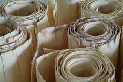 Broodjes van houten vernisje voor triplexproductie stock foto's