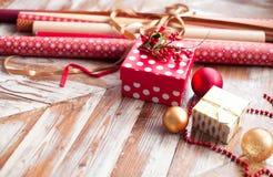 Broodjes van Kerstmis verpakkend document met linten, giften en bollen Stock Foto