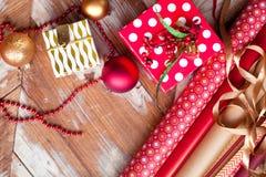 Broodjes van Kerstmis verpakkend document met linten, giften en bollen Stock Afbeelding