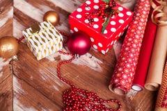 Broodjes van Kerstmis verpakkend document met linten, giften en bollen Royalty-vrije Stock Afbeelding